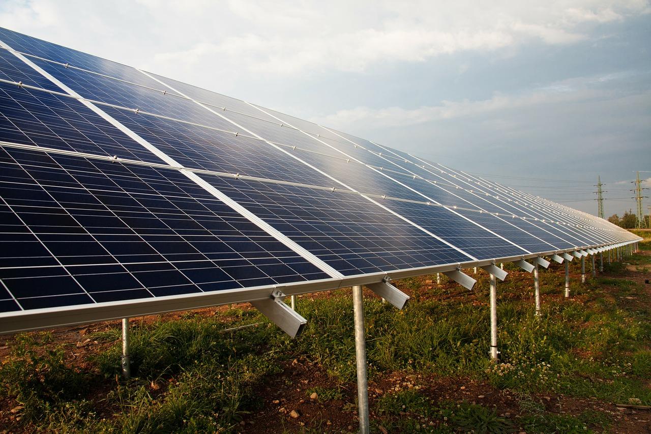 Panneau solaire dans un champ pour alimentation en eau